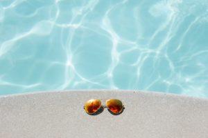 Lunettes de soleil en bord de piscine