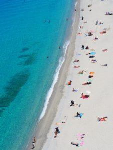"""Vue aérienne d""""une plage avec des parasols"""